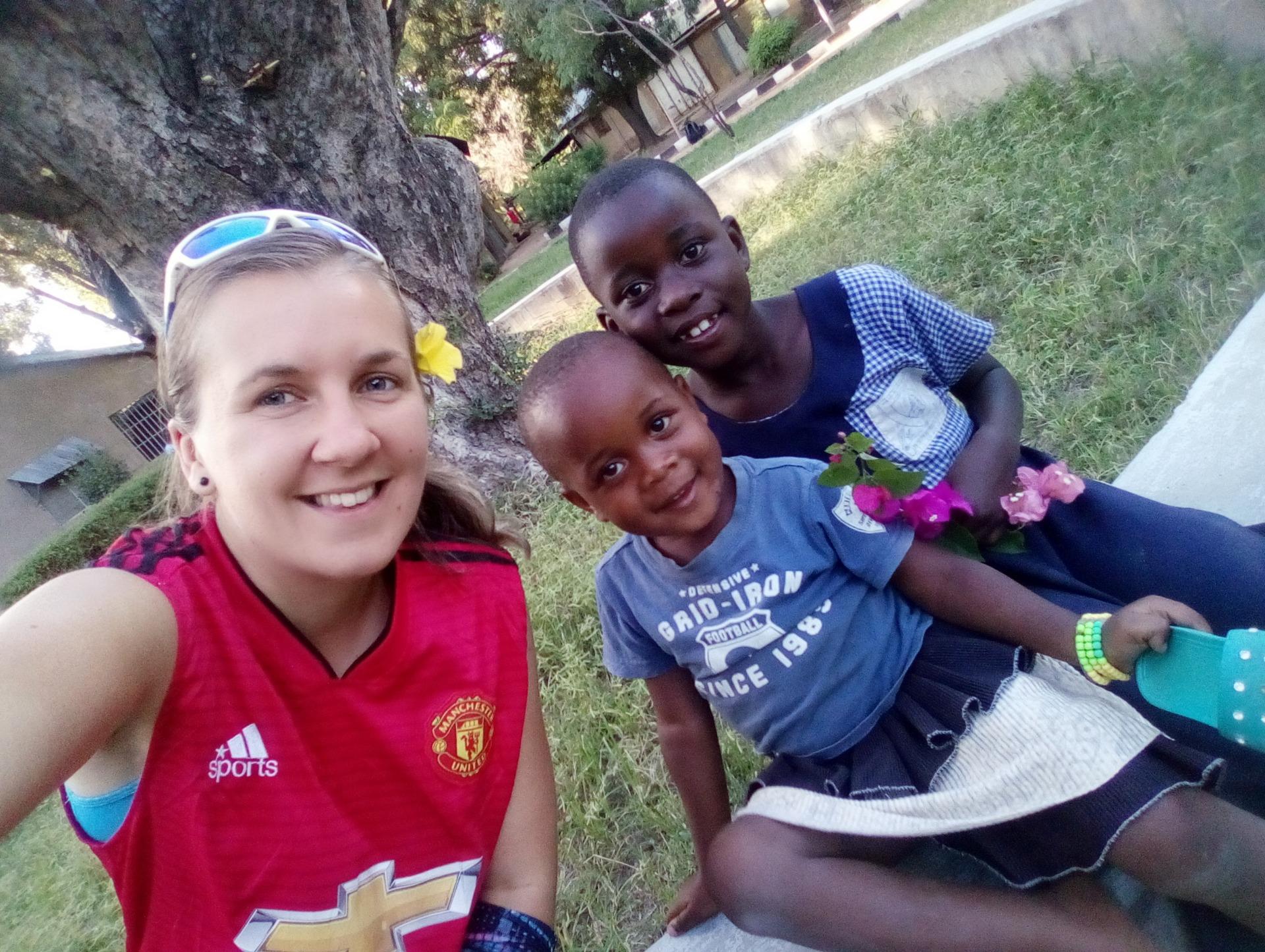 Sbalit motyku, smeták a matraci a vyrazit do školy aneb nový školní rok v Tanzánii